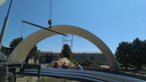 Процесс строительства арочного сельскохозяйственного ангара